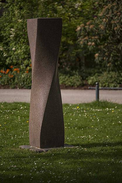 "Alfred Regnat, ""Große gedrehte Stehle"", roter Granit, 1998, Foto (c) Martin Weiand"